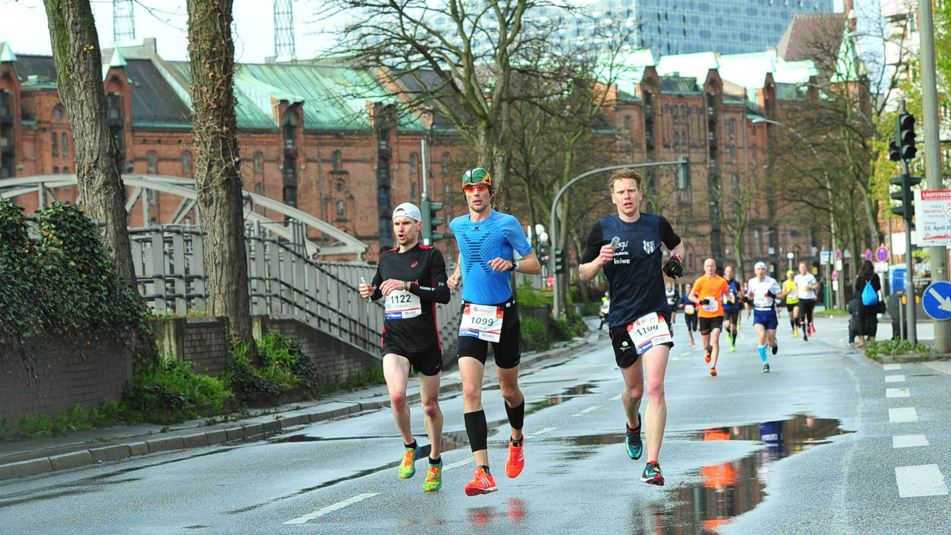 FloRuns running in front of the Elbphilharmonie